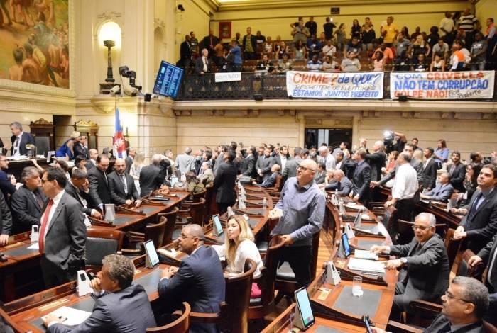 Durante a sessão de abertura de processo, visitantes favoráveis a Crivella vaiaram os vereadores que reclamaram da má-gestão municipal