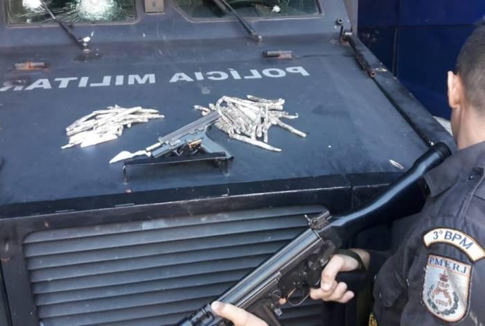 Pistola e drogas apreendidas no Morro do Engenho