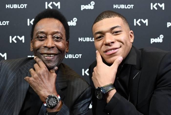 Pelé faz pose ao lado de Mbappé durante um evento publicitário de uma marca de relógios, em Paris
