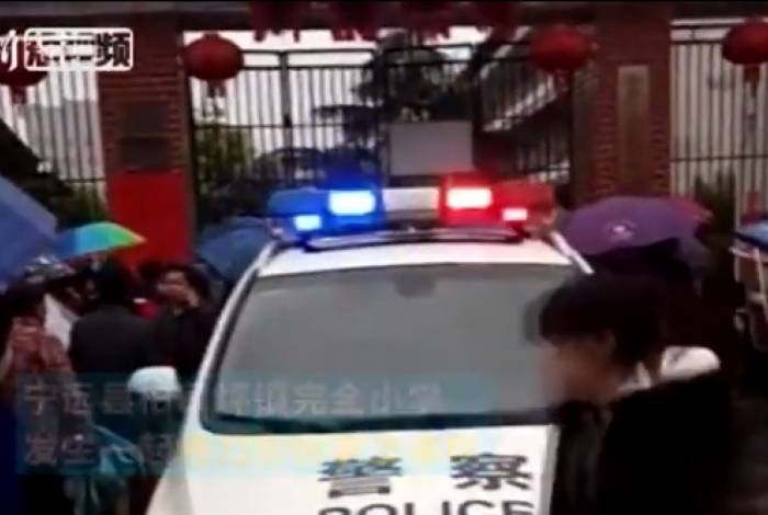 Pais aguardam na porta da escola, após ataque