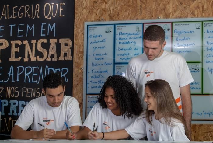 Instituições oferecem curso comunitário de preparação a interessados em realizar o Exame Nacional de Ensino Médio, em novembro
