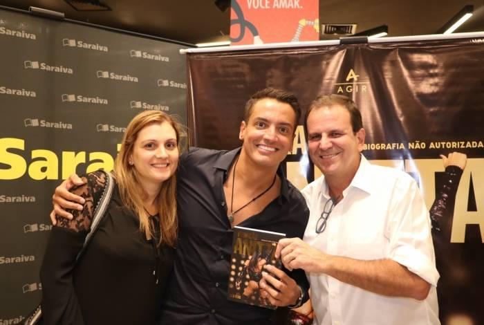 O casal Eduardo e Cristine Paes com o colunista Leo Dias