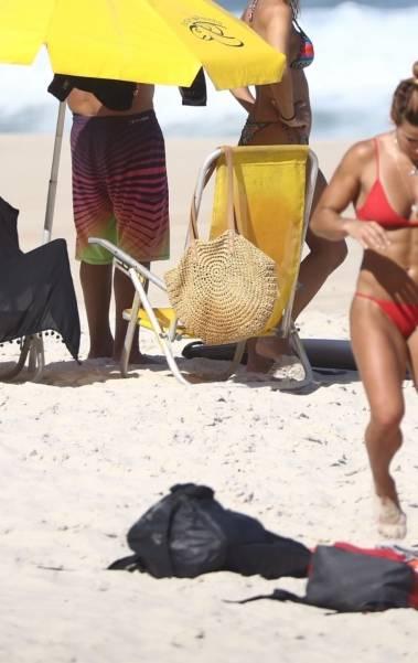 Jade Barbosa curte praia com amiga