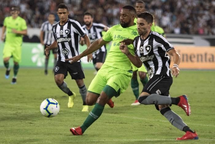 Pimpão disputa o lance com zagueiro do Juventude: time alvinegro deixou o campo vaiado