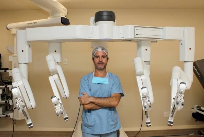 Mauricio Rubinstein utiliza robôs em diversos tipos de intervenções cirúrgicas: