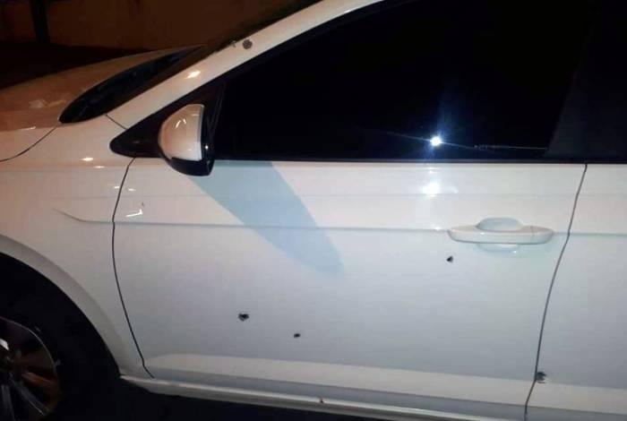 Carro em que o policial estava ficou com várias marcas de tiros