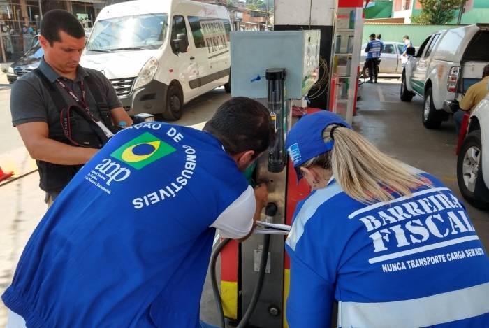 Operação Barreira Fiscal inspeciona postos em São João de Meriti para verificar qualidade e documentação do combustível vendido