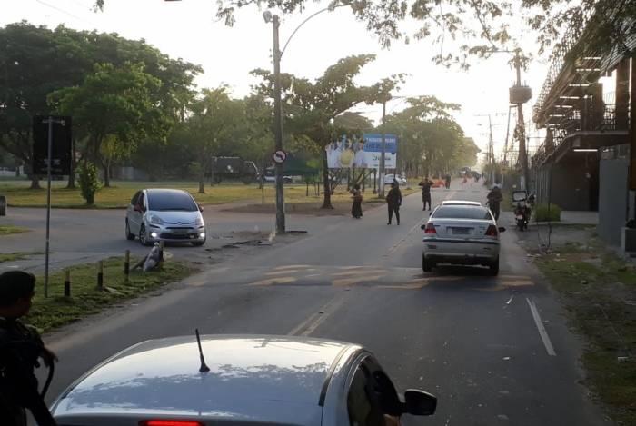 Suspeitos em carros furaram bloqueio do Exército na Vila Militar, foram baleados e um acabou morto