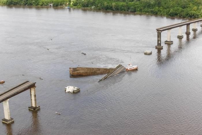 Parte de uma ponte caiu ontem sobre o Rio Moju, no Pará, após uma balsa ter batido em um pilar. Testemunhas contaram que dois carros passavam pelo local no momento. Até à noite, não havia sido confirmado o número de vítimas, e os cinco tripulantes da embarcação estavam desaparecidos