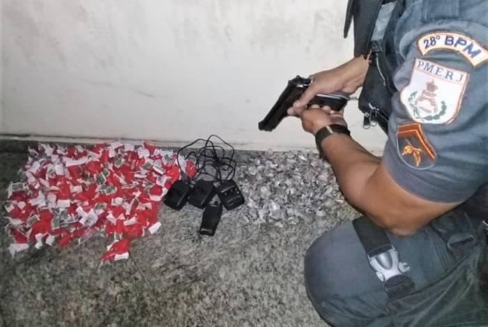 Farto material entorpecente foi encontrado em apartamento abandonado momentaneamente por traficante