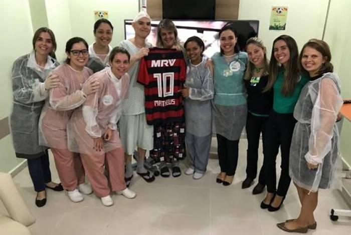 Matheus Morgade, que completa 19 anos hoje, foi surpreendido com uma camisa do Flamengo de presente