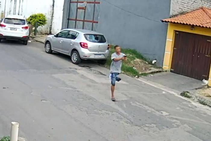 Deficiente pulou com a arma em punho até o carro da vítima