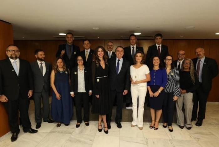 Luciana Gimenez tomou café com Jair Bolsonaro e jornalistas
