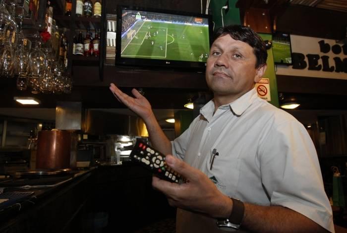 Nelson Rubens, gerente do Bar Belmonte, no Flamengo, lamenta não ter uma televisão mais moderna