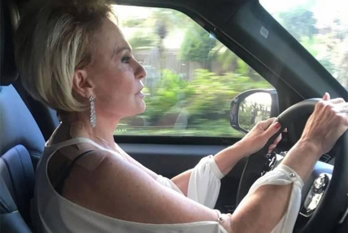 Ana Maria Braga se presenteia com um carro novo