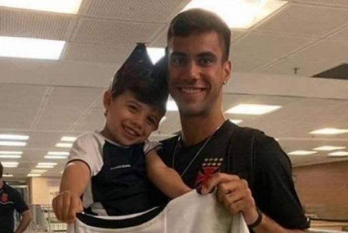 Pequeno Rafael, recebeu a camisa do atacante Tiago Reis