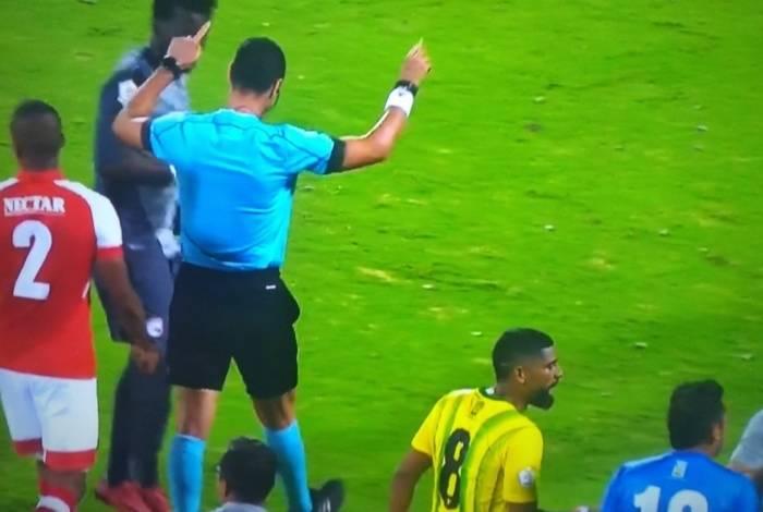 Wilmar Roldán se atrapalha e pede o árbitro de vídeo
