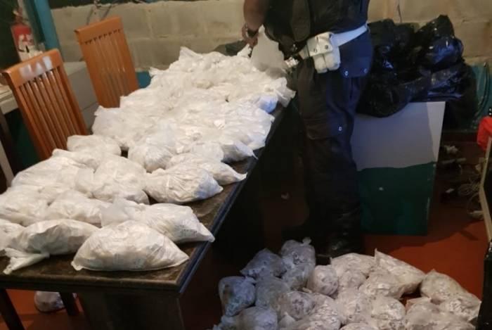 PM apreende mais de 26 mil pinos de cocaína na Rodovia Amaral Peixoto