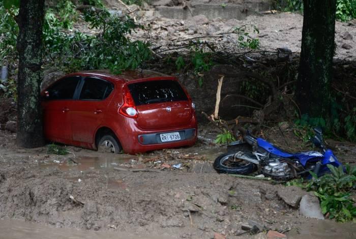 Chuva na cidade causou estragos, e casas e automóveis tiveram perda total