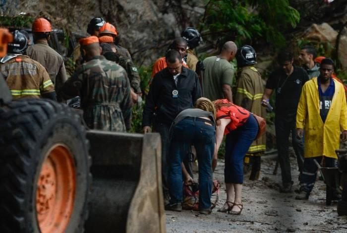 Um carro foi soterrado nesta manhã na Ladeira do Leme, em Botafogo