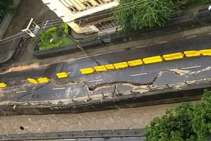 Rachadura cedeu ainda mais na Avenida Maracanã após o temporal e imagens impressionam