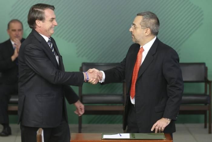 O presidente Jair Bolsonaro dá posse ao novo ministro da Educação, Abraham Weintraub, em cerimônia no Palácio do Planalto