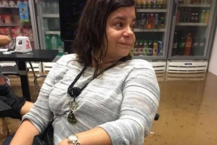 Maria Paula na loja de conveniência, alagada