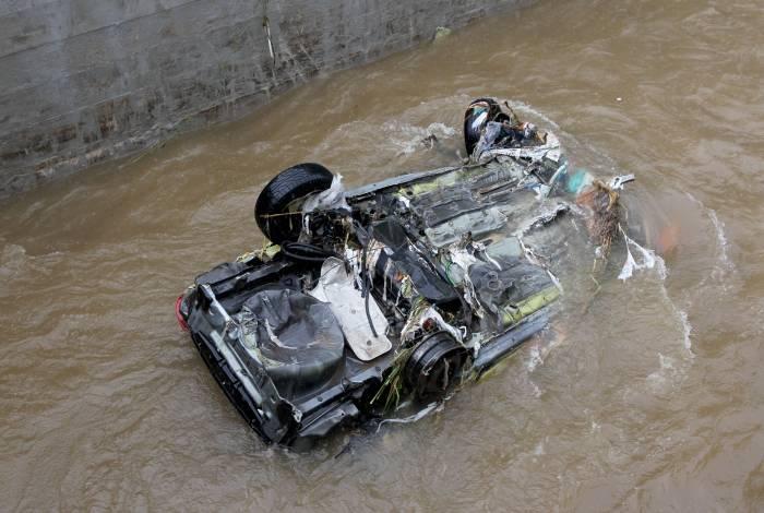 Veículo foi levado pelo dilúvio em meio ao temporal no Rio