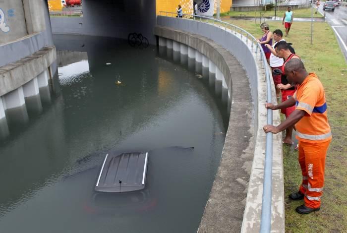 Na Barra da Tijuca, uma das áreas mais afetadas por interrupção de energia, carro ficou submerso em mergulhão, na altura da Armando Lombardi