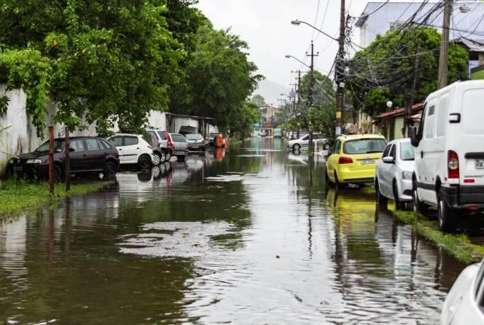 Forte chuva causa transtornos na região de Realengo, Zona Oeste do Rio
