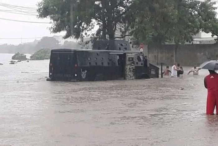 Na Pavuna, Zona Norte, um blindado ficou no meio da enchente