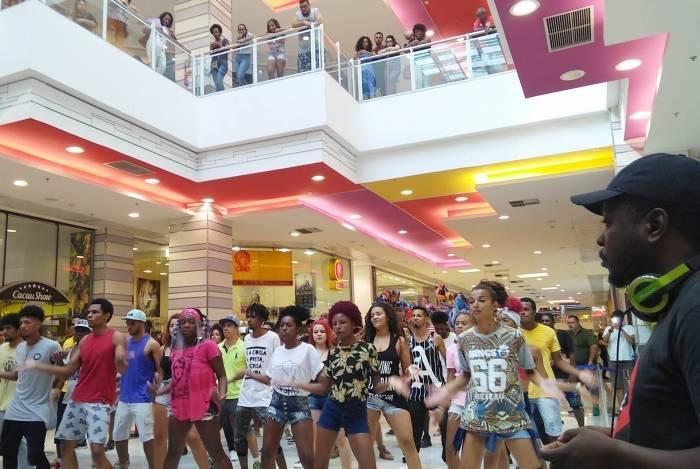 Aulas de dança gratuitas neste domingo no Shopping Jardim Guadalupe