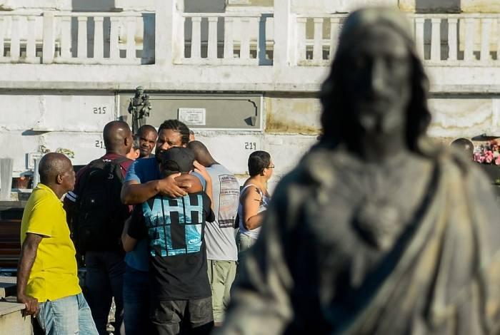 Familiares e amigos de Gerlaine e Doralice do Nascimento deram último adeus no cemitério São João Batista, em Botafogo