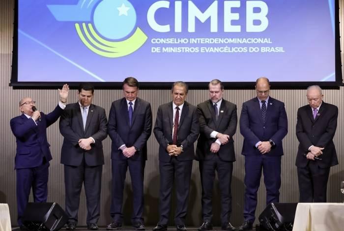 Antes do almoço com os empresários, Bolsonaro participou de oração ao lado de outras autoridades