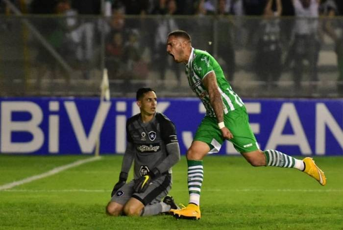 Com o goleiro Gatito Fernández batido, Braian Rodríguez comemora o primeiro gol do Juventude