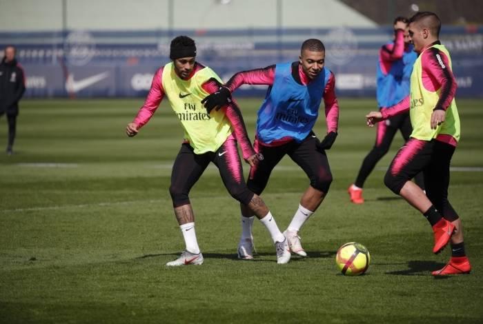 Neymar participa do treino coletivo do PSG ao lado de Mbappé