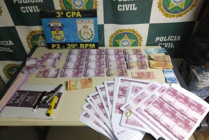 Com os presos, foram encontrados cerca de R$20 mil em notas falsas e material para a produção do dinheiro