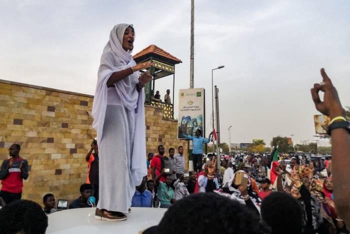 Ala'a Salah, estudante sudanesa e liderança do movimento que rechaça um 'conselho militar de transição' no Sudão e demanda um conselho civil
