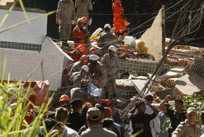 Bombeiros fazem resgate nos escombros