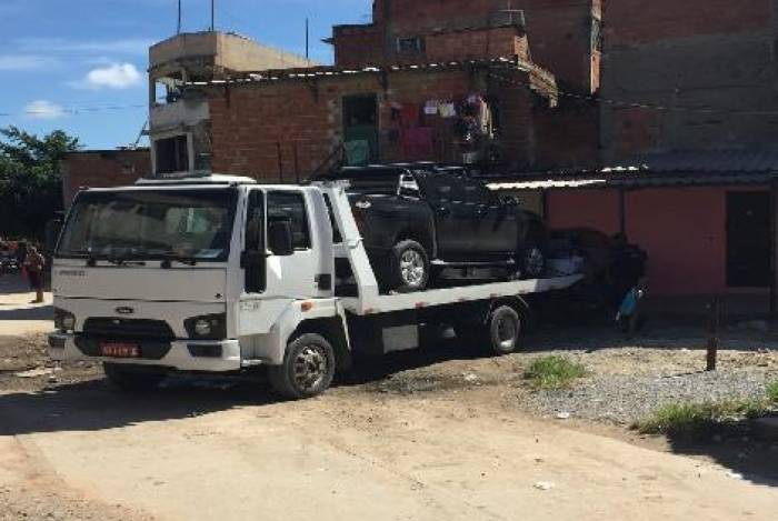 Carros de luxo são recuperados em ação da Polícia Civil em Manguinhos