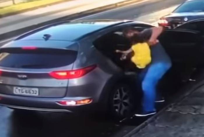 O atacante consegue tirar a filha menor do banco traseiro