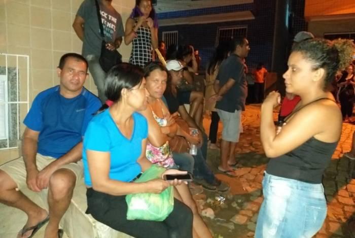 Familiares aguardam cerca de 10 horas por notícias