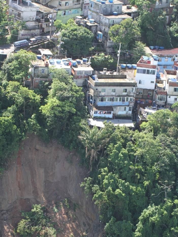 Imagem de encosta comprometida no Vidigal, na Zona Sul do Rio: tragédia anunciada