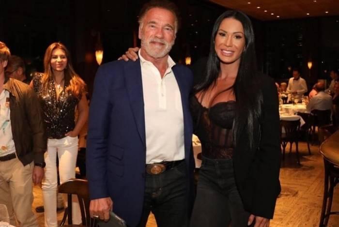 Gracyanne posa orgulhosa ao lado de Schwarzenegger