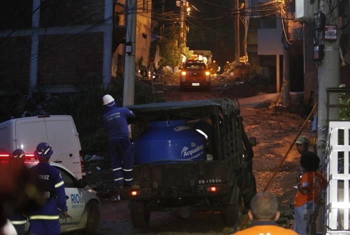 Agentes da Prefeitura e do Exercito trabalhando no local de desabamento de dois prédios na Muzema, Zona Oeste do Rio