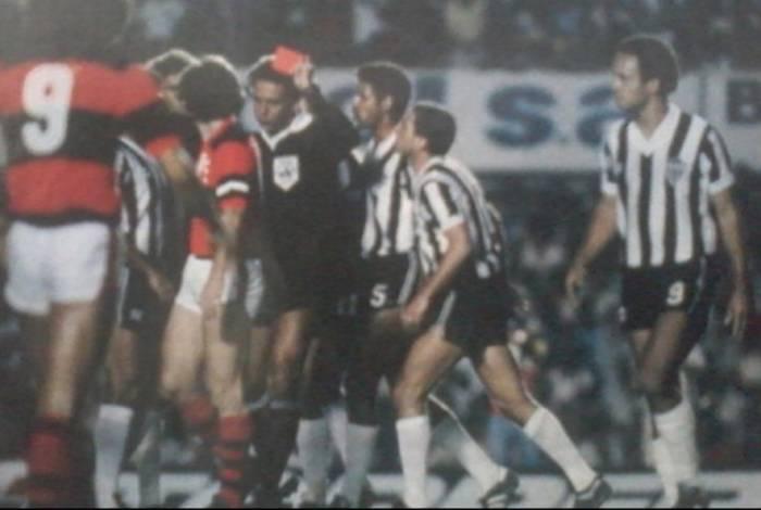 José Roberto Wright expulsou cinco jogadores do Atlético-MG