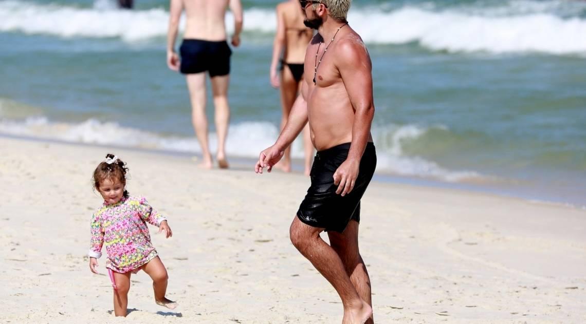 Bruno Gissoni com a filha, Madalena, na praia