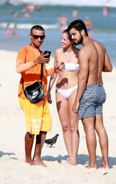 Rodrigo Simas e Agatha Moreira namoram na Praia da Barra da Tijuca