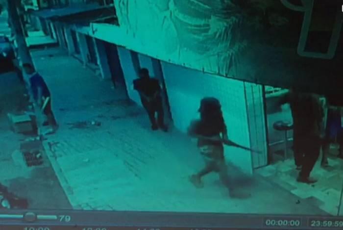 Bandidos armados com fuzis e encapuzados assaltam padaria em Belford Roxo