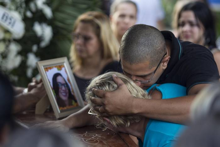 Dor de parentes no enterro de Maria de Abreu, uma das vítima do desabamento de prédio na Muzema